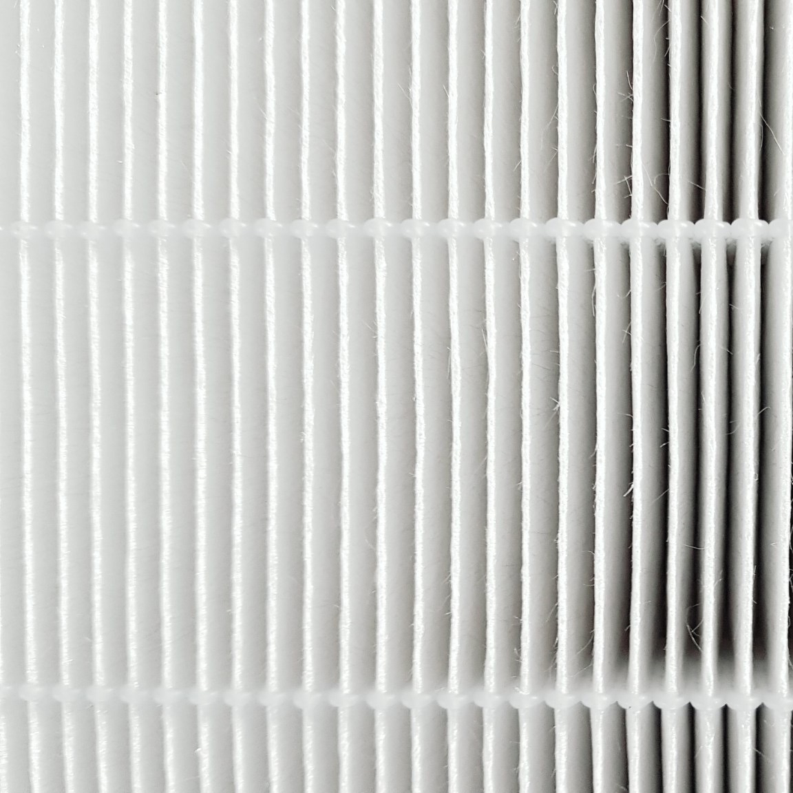 ไส้กรอง HEPA filter เกรด H13 กรองได้ถึง 99.97% ที่ 0.3 ไมครอน จึงสามารถดักจับฝุ่น ไวรัส เชื้อรา แบคทีเรีย และฝุ่นละเอียดระดับ PM 2.5 ได้มากกว่า 99%